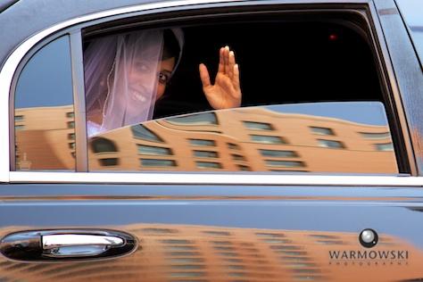 Bride in limo - Rushita & Benjamin (by Warmowski Photography)
